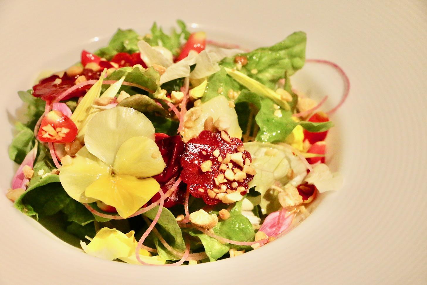 前菜:フラワーブーケを思わせるお花とナッツのフレッシュサラダ