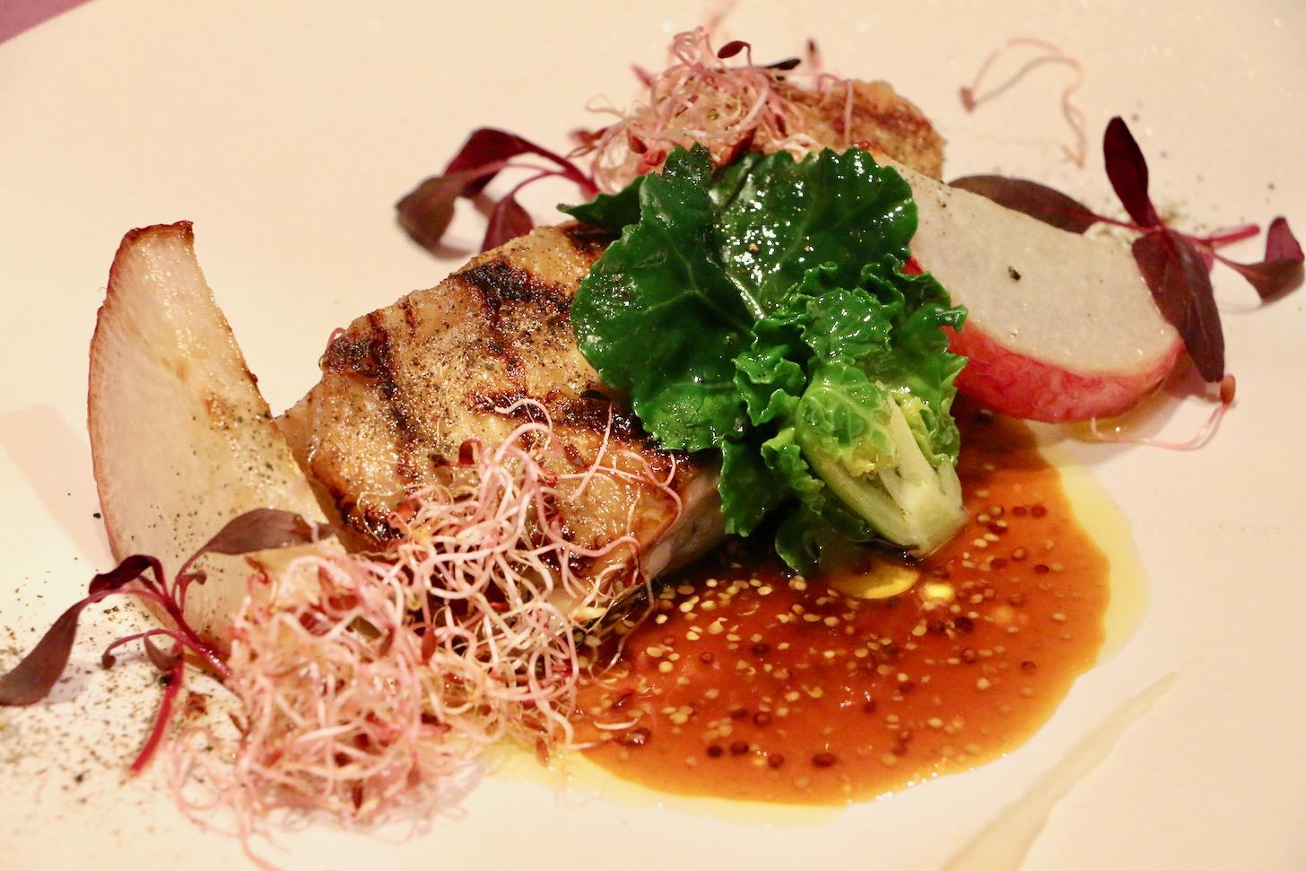 お肉:ホワイティーでマリネした信玄鶏もも肉のグリル 芳醇な香り仕立て
