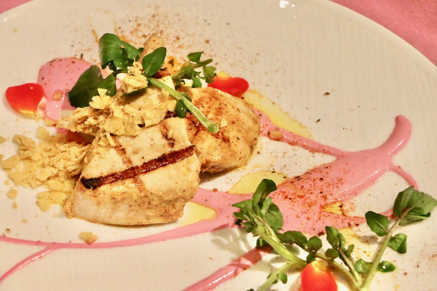 お魚:スパイスが効いたメカジキのグリル 情熱的なビーツヨーグルトソース添え