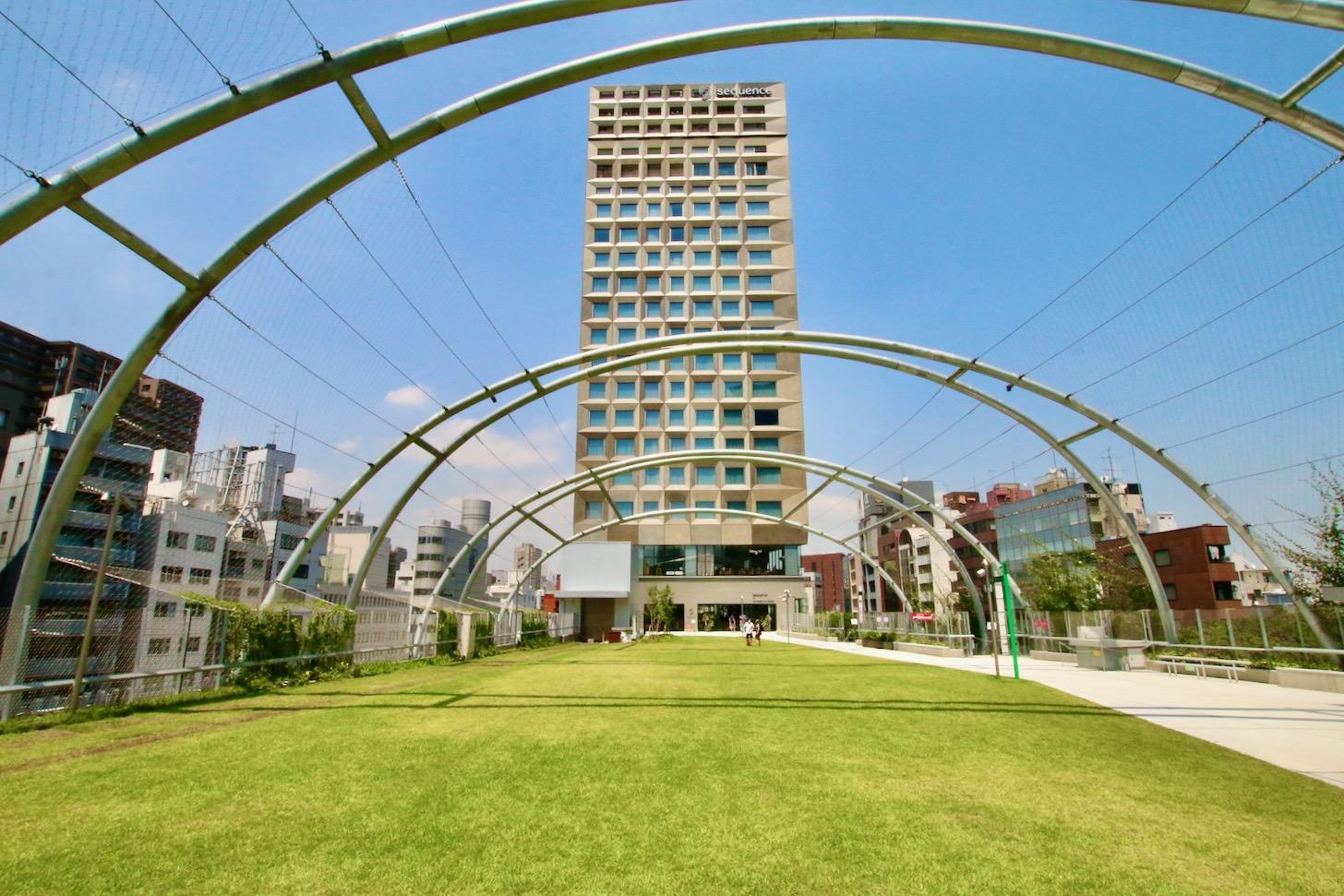 Miyashita Parkの屋上は宮下公園の芝生広場