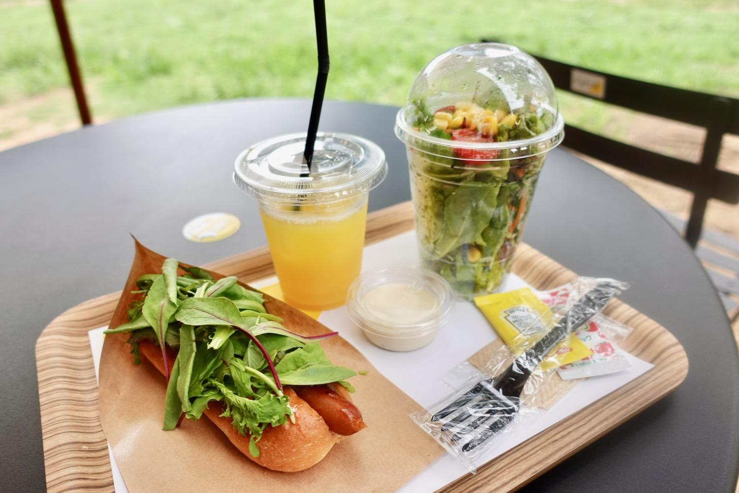 「愛彩畑のベビーリーフたっぷりのホットドッグ」はサラダ・ドリンクセットで830円税込