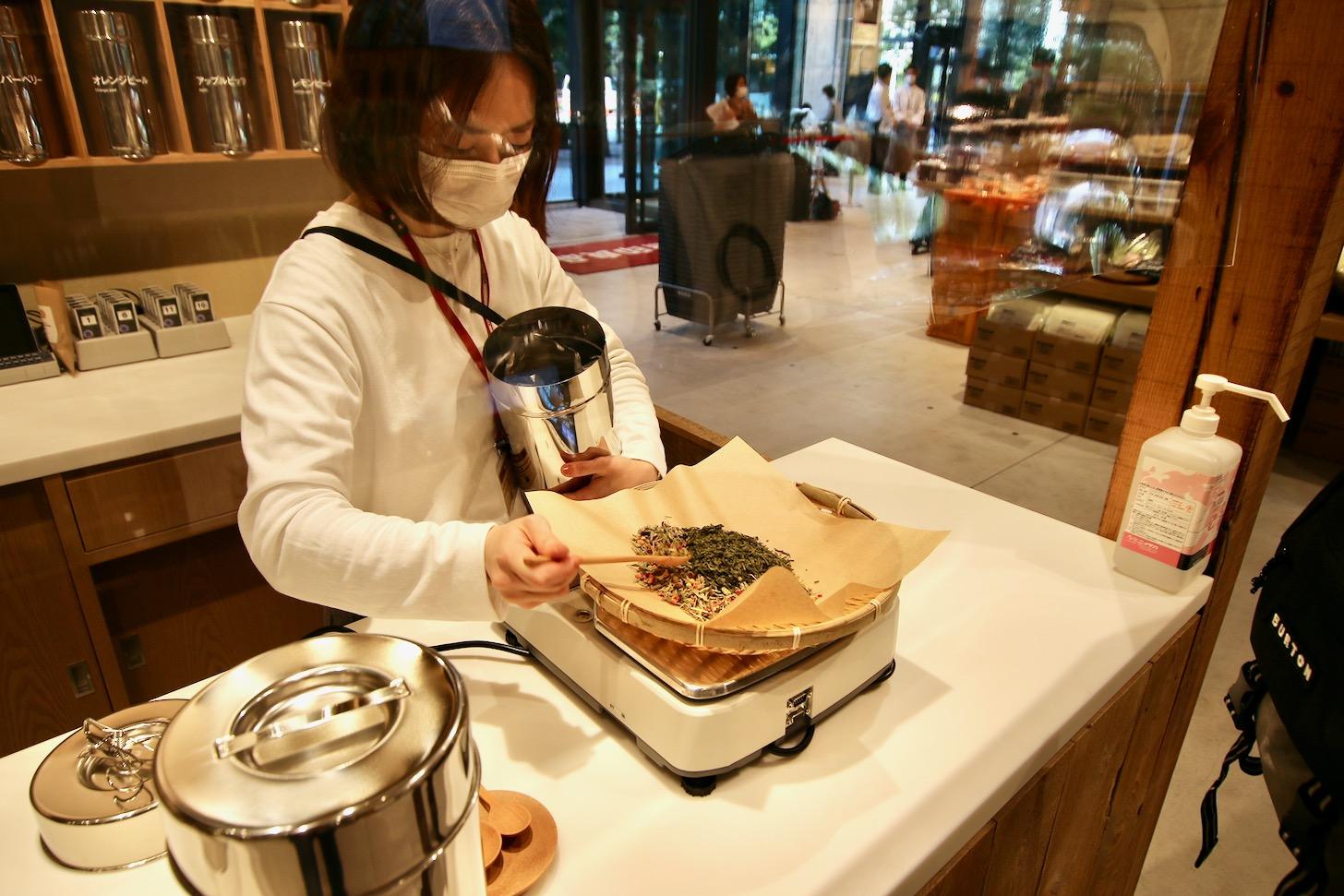 無印良品 東京有明 ブレンドティー工房で茶葉の量り売り
