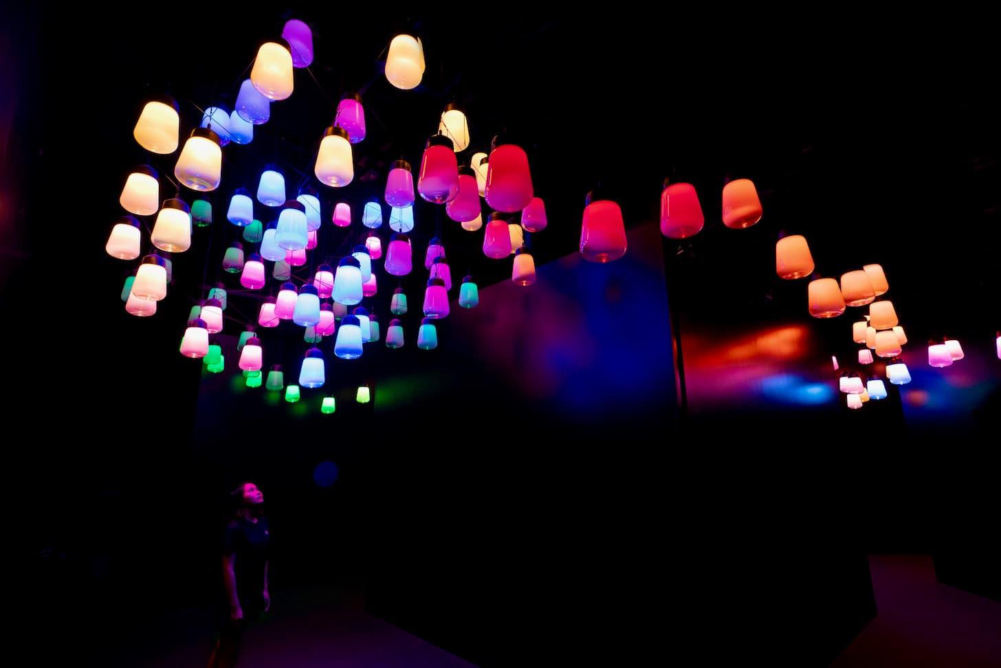 呼応するランプとアレイとスパイラル - ワンストローク, Metropolis Tokyo / Array and Spiral of Resonating Lamps - One Stroke, Metropolis Tokyo