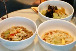 うらやす拉麺(浅利と海苔入りブラックスープ) / 温かい日本そば / 温かいうどん
