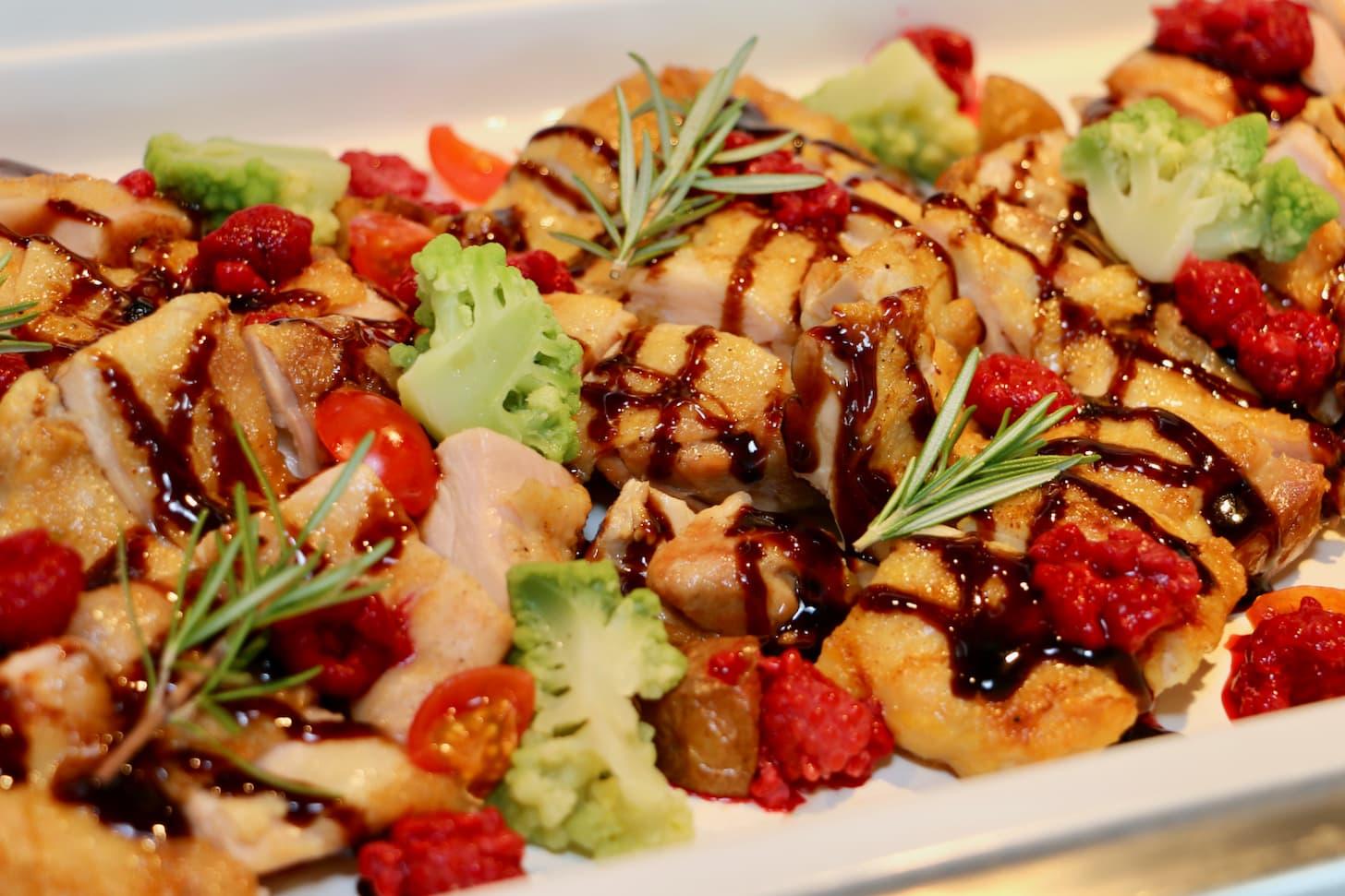 鶏もも肉のグリエ ローズマリー風味 ラズベリーバルサミコソース