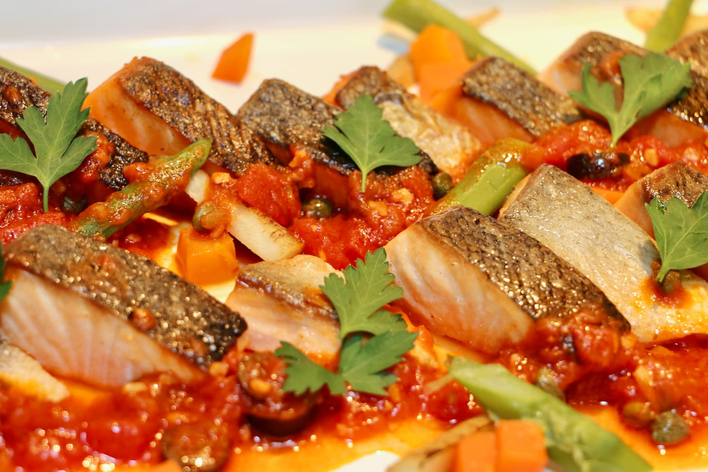 鮮魚のポワレ オリーブとケイパー入りトマトフォンデュ